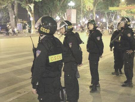 cảnh sát cơ động bắt lỗi người láy xe máy