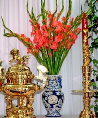 Cắm hoa rơn trên bàn thờ ngày tết