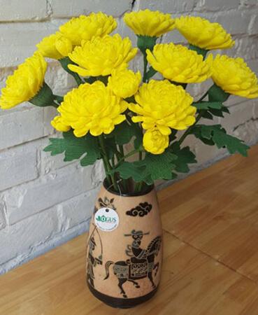 Mẫu hoa cúc đẹp cắm trên bàn thờ
