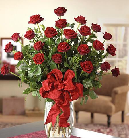 Mẫu hoa hồng cắm trên bàn thờ