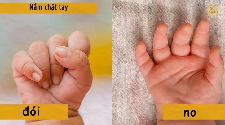Trẻ sơ sinh nắm chặt tay